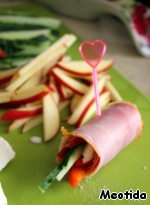 On a piece of meat put the vegetable and Apple mixture and a piece of cheese, turn the rolls.