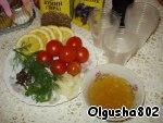 To prepare the tomatoes, lemon slices, parsley. Soak gelatin in 0.5 cups of water.
