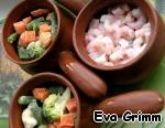 Выкладываем слоями: креветки-овощи-креветки-овощи в кокотницы и каждый слой заливаем полученной смесью