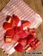 Нарезаем кубиком сладкий перец, подготовим бекон