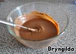 Затем влить шоколадный ликер и добавить деревенские сливки, если у вас сливки из магазина не менее 33 проц, то взбивать до мягких пиков.