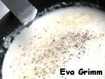 Соус будет на основе Бешамель. Сливочное масло растопим на сковороде, дабавим муку, хорошо вымешаем, добавим молоко, постоянно помешивая, доведем до густоты (соус должен быть как кефир), присолим, поперчим, добавим пармезан.