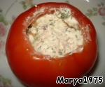 Stuffed tomatoes, spreading the filling layers of cheese, pasta, olive pasta, cheese pasta. Then cool and cut into quarters
