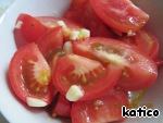 Mix the dressing with the chopped tomatoes. Tomatoes lightly soaked dressing and give a little juice wins in taste and the tomatoes and dressing