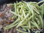 When the mushrooms are ready, spread on a pan boiled the green beans and fry together for another few minutes