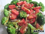 Put the broccoli and tomatoes, filling lightly beat with a fork and evenly pour her salad