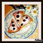Пирог обсыпала через сито ванильным сахаром ( не ванилью  ) и разрезала на 12 не маленьких кусочков.