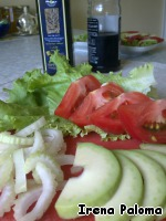 Lettuce to break it, tomatoes and half an avocado cut into slices, chop the celery stalks.