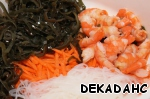 Seaweed rinse. Add noodles, carrots, shrimp. Season with salt and pepper. Fill with oil and mix well.
