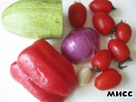Take vegetables: red sweet pepper, red onion, tomatoes, garlic and zucchini-zucchini.