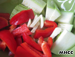 Sweet pepper and zucchini cut into large strips, garlic slices, salt, sprinkle with oil and set aside.