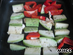 On a hot grill pan put zucchini, bell pepper and garlic, sprinkle with dried thyme.