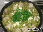 Greens finely chop, the garlic, grate on a grater, add to beans and simmer for another 5 minutes under the lid.