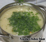"""Next, pour the dill and parsley. Add 1 tbsp sour cream, Bay leaf, Salt to taste. The soup needs to simmer, it should not """"to boil"""". At this time, lightly fry the green onions and fill them with soup. Turn off oven and allow to stand for."""