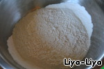 In another bowl: sift flour, mix with baking soda and a pinch of vanilla.