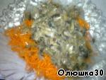 добавляем морковь по-корейски и остывшие грибы с луком