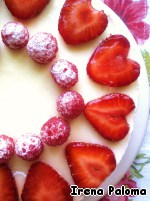 Далее на застывший крем выложить немного ягод малины (рис. выше) и залить их ягодным пюре, убрать в холодильник минут на 40.   На застывшее пюре выложить второй корж, немного пропитать его и залить оставшимся кремом. Убрать в холодильник до полного застывания на 3-4 часа или на ночь.