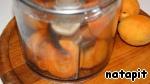 Почищенные абрикосы пюрировать в блендере.