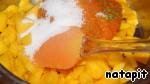 Поместить манго, абрикосовое пюре с цедрой и половину сахара в кастрюльку с толстым дном.