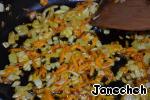 Спассеруем лук, морковь, перец в растительном масле.