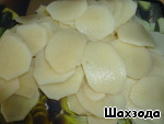 Peel the potatoes, wash, cut into thin slices.