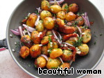 In the pan with the syrup, add the potatoes and prepared vegetables with greens. A good stir, season to taste with salt and pepper, leave on the heat for another 2 minutes.