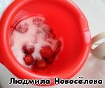 Чистенькую и аппетитную ягоду поместим в чашу для взбивания, добавим сахар, немножко воды и поработаем блендером.    Минута - и готово!