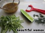 Ещё один не менее вкусный салат из свежих огурцов и слабосолёной сёмги.   Огурцы освободить от семян и нарезать при помощи овощечистки длинными ленточками.