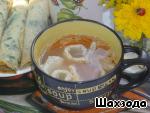 Нарезанные блинчики положить в каждую тарелку с супом.