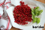 Wash the currants and Basil, then Pat dry.  Onion cut into thin half-rings.