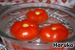 Meanwhile, the tomatoes pour boiling water for two minutes, then remove from the water and clean them with kurochku.