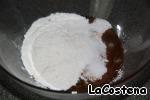 Включим духовку на 180 градусов.   Приготовим тесто для бисквита. Нам понадобится мука 60 гр, 1 яйцо, 50 гр сахара, 1/2 ванильного сахара.