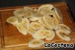 Бананы нарезать дольками.