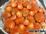Vykladyvaem halves of cherry tomatoes.