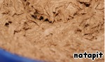 Если вы используете консервированные персики, то откинуть их на дуршлаг и дать хорошо стечь жидкости.   Тесто:   Взбить масло (250 г) с сахаром (100 г) добела. Не переставая взбивать, добавить по одному желтки, добавить какао и опять взбить.   Добавить сливки и перемешать лопаточкой, затем муку, смешанную с пекарским порошком, и опять всё перемешать.