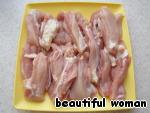 Куриные бёдра отделить от кожи и костей, и нарезать полосками.
