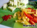 Pepper stalks and seeds, cut into strips. Zucchini cut lengthwise and then across. Chili peppers can be soaked in boiled water, for those who do not like spicy=)