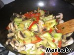 And now mushrooms.  When the vegetables reach a level of preparedness, they pour soy mixture with starch, pepper to taste and mix everything carefully.