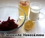 Соединим натертую свёклу с лимонным соком в комбайне или измельчим блендером. Добавим половину яблочного сока и йогурта.