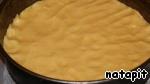 Форму 26 см застелить пекарской бумагой, бока смазать маслом и присыпать сухарями, выложить рукой тесто и равномерно распределить.   Сверху выстелить яблоки и слегка вдавить их в тесто.