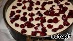 Творожную массу вылить на тесто, разместить сверху вишню и легонько вдавить её в массу.