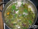Через 15 минут добавьте всю зелень, варить еще 15 минут