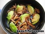 К луку с беконом добавим нарезанную капусту и обжарить с обеих сторон.