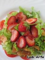 """Выкладываем салат слоями: томаты черри, сёмга и клубника.   Чередуя каждый слой салатом """"Айсберг"""".   Сбрызгиваем лимонным соком и оливковым маслом, сверху выкладываем клубнику и посыпаем всё перцем."""
