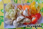 Овощи для темпуры нарезать и надеть на шпажки. Некрупные кольца моркови целыми, крупные разрезать пополам. Перец с кольцами лука нанизываем так чтобы лук оказался внутри, грибы мелкие одеваем целиком, а крупные режем пополам, соцветья капусты нанизываем по одному на каждую шпажку.