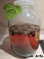 Honeysuckle filled separately in small amount of boiling water and crushed berries, the juice is added to the infusion of currants and ginger.  Added dried bread.