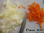 Carrots and onions clean. Carrots grate on a coarse grater (we need 1 tablespoon of carrot), finely chop the onion,