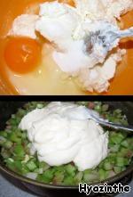 В творог добавляем 2-3 ст.л. сахара и 1 яйцо, смешиваем до однородной массы.   Здесь я сделала глупость, последовав рецепту: выложила на ревень творог и сверху засыпала маком.