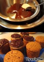 Растапливаем на водяной бане оставшийся шоколад+немного сливочного масла    и поливаем остывшие кексы