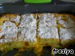 Получившийся пирог посыпаем сахарной пудры. И не жалеем, так как фрукты все же дают свою кислинку, для любителей сладкого рекомендую хорошо посыпать сахарной пудрой.